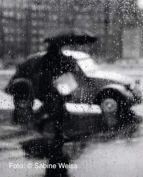 08 Sabine Weiss, 2 CV im Regen, Paris, 1957