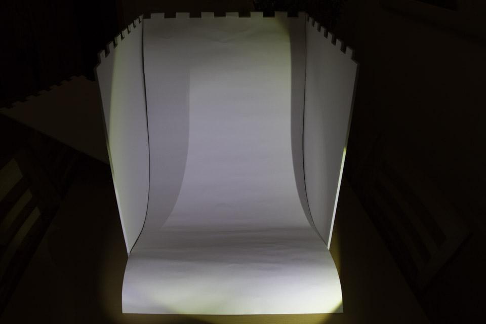 Lichtbox: Hinter- und Untergrund (Fotokarton) einhängen