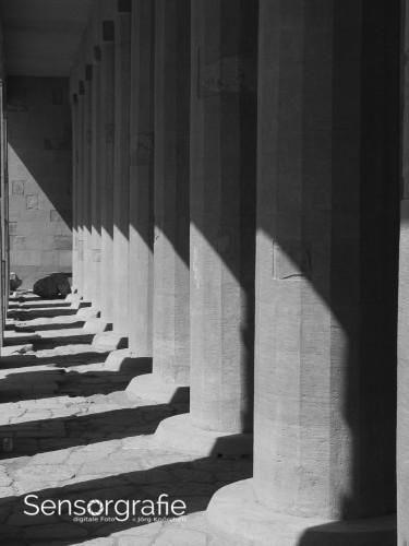 Jeder Schatten bildet in diesem Foto eine zusätzliche Linie