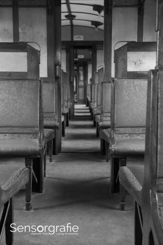 Sitzbänke wiederholen sich in diesem Zugabteil.