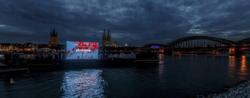 photokina: Großprojektion und Lasershow auf einer Wasserleinwand vor dem Rheinboulevard